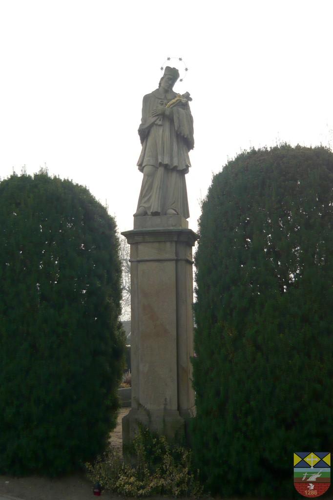 Figura św. Jana Nepomucena na cmentarzu parafialnym - Popielów, Dworcowa.jpeg