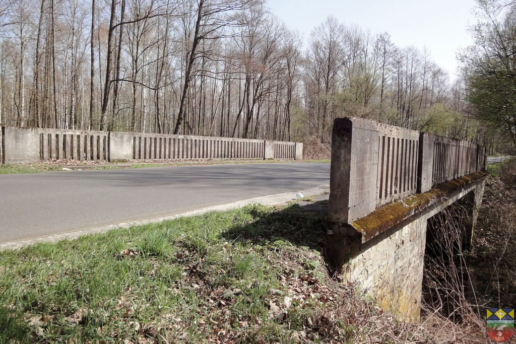 Most drogowy na rowie melioracyjnym w ciągu drogi powiatowej Popielów Karłowice.jpeg