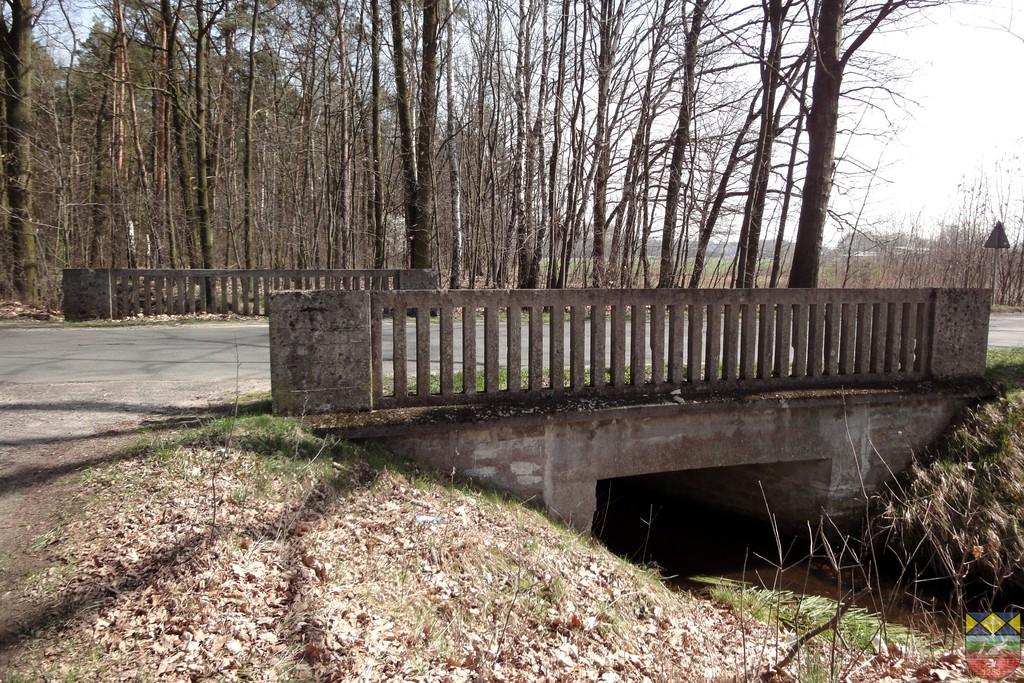 Most drogowy na cieku wodnym Lisi Rów w ciągu drogi powiatowej Popielów - Karłowice.jpeg