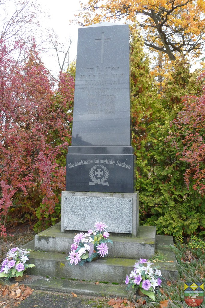 Pomnik poległych w wojnach światowych przy kościele - Lubienia.jpeg