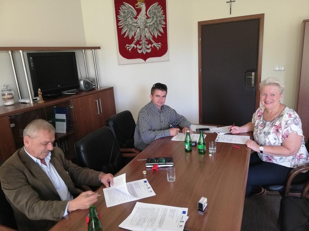 Pani Wójt Sybilla Stelmach podpisuje umowę na zadanie pn. Budowa infrastruktury turystyczno-rekreacyjnej w miejscowości Nowe Siołkowice – Pomost