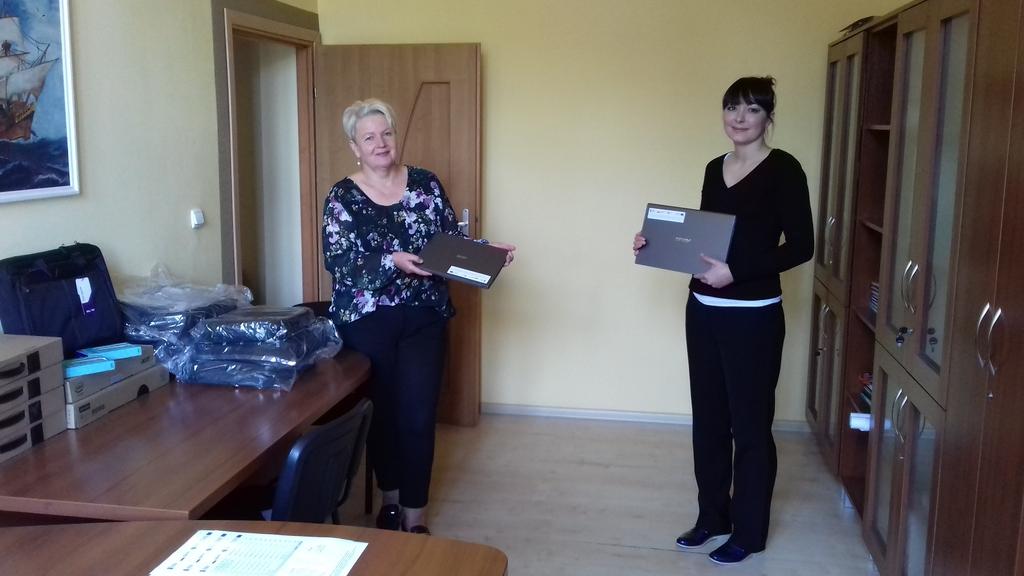 Pani Wójt przekazuje laptopy dla Szkoły w Popielowie