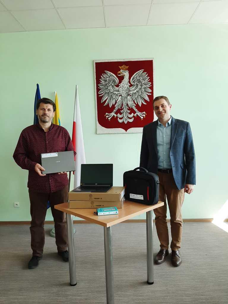 Zastępca Wójta i dyrektor PSP Stare Siołkowice wręczanie komputerów Zdalna Szkoła