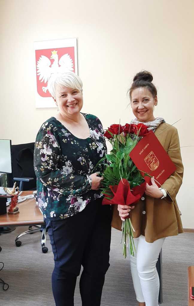 Pani Wójt wręcza kwiaty i podziękowanie Pani Joannie Zulewskiej