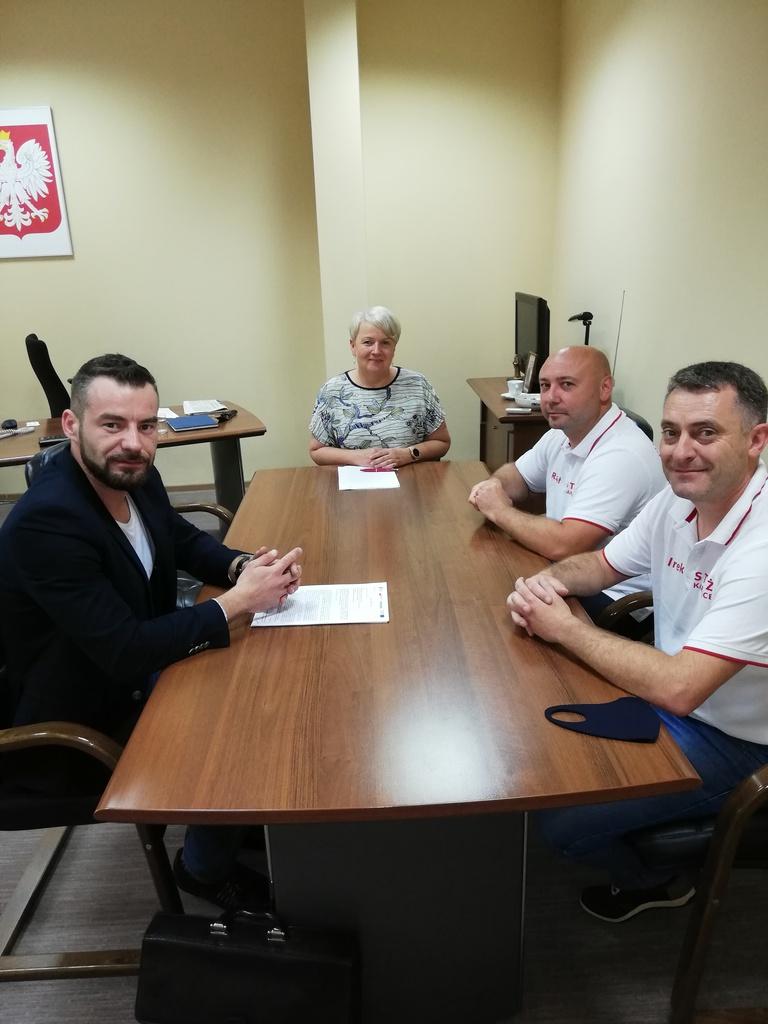 W gabinecie Pani Wójt w obecności dwóch strażaków z Ochotniczej Straży Pożarnej  Karłowice podpisywana jest umowa z wykonawcą zadania