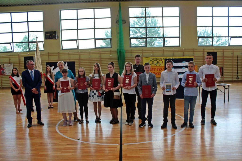 Zdjęcie przedstawia Panią Wójt oraz uczniów stypendystów szkoły podstawowej w Karłowicach
