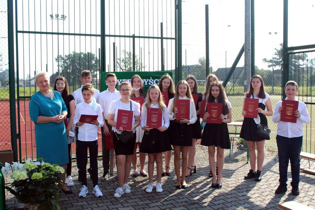 Zdjęcie przedstawia Panią Wójt oraz uczniów stypendystów szkoły podstawowej w Popielowie