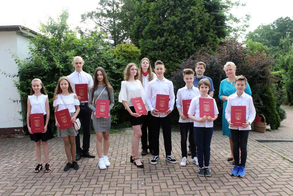 Zdjęcie przedstawia Panią Wójt oraz uczniów stypendystów szkoły podstawowej w Siołkowicach