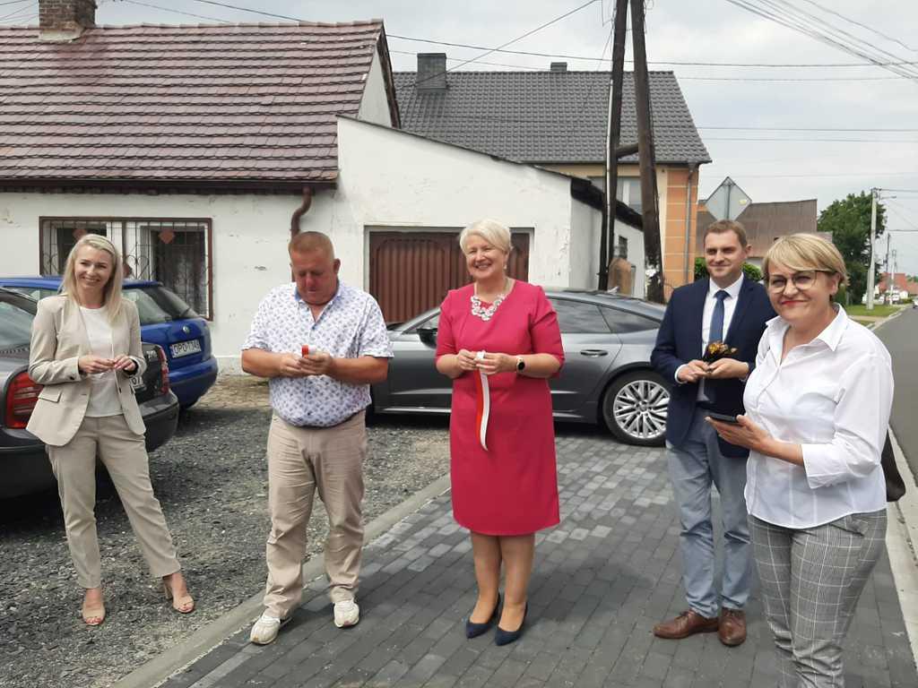 Na zdjęciu jest Pani Wójt, Wice Wójt, Przewodnicząca Rady Gminy Joanna Cichoń , Starosta Opolski i zaproszeni goście