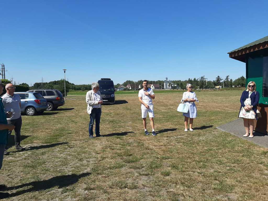Komisja konkursowa na placu rekreacyjnym w Nowych Siołkowicach