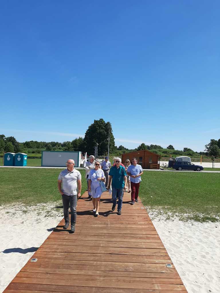 Komisja konkursowa spacer na molo w Nowych Siołkowicach