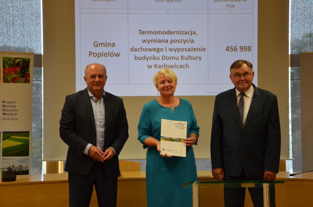 Pani Wójt Sybilla Stelmach podpisuje umowę w Urzędzie Marszałkowskim na modernizację Domu Kultury w Karłowicach
