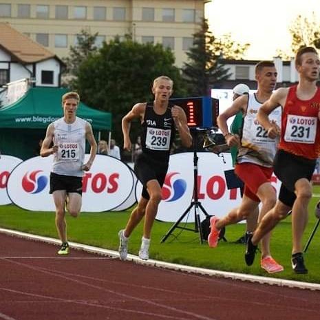 biegacze na stadionie w Gdańsku