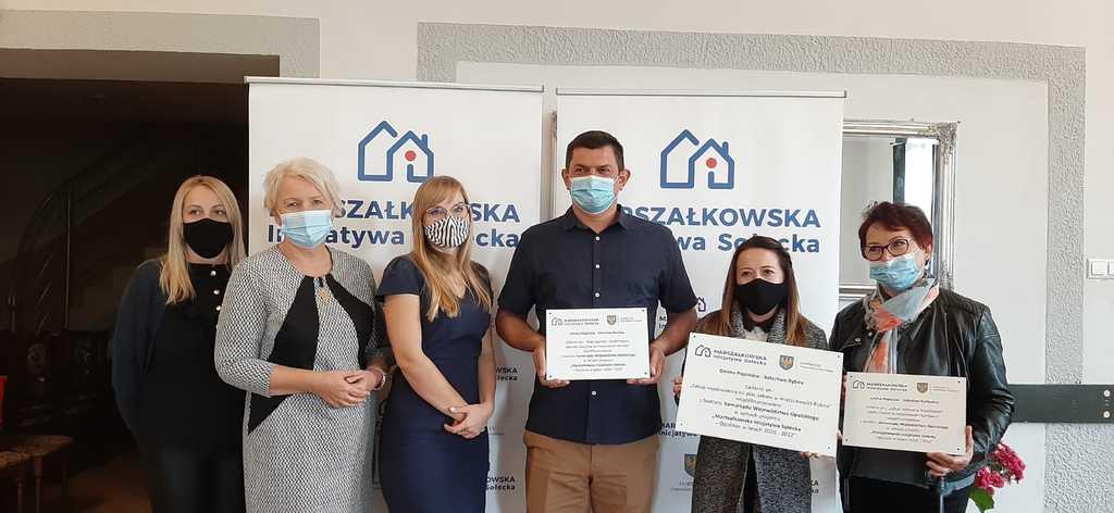 Na zdjęciu Pani Wójt  oraz sołtysi miejscowości Kaniów, Karłowice i Rybna