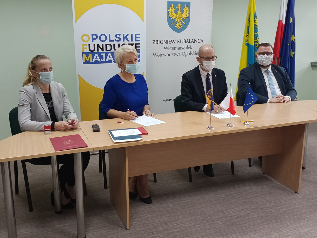 Podpisanie umowy Pani Wójt, Pani Skarbnik, Marszałek Ogłaza i Marszałek Kubalańca