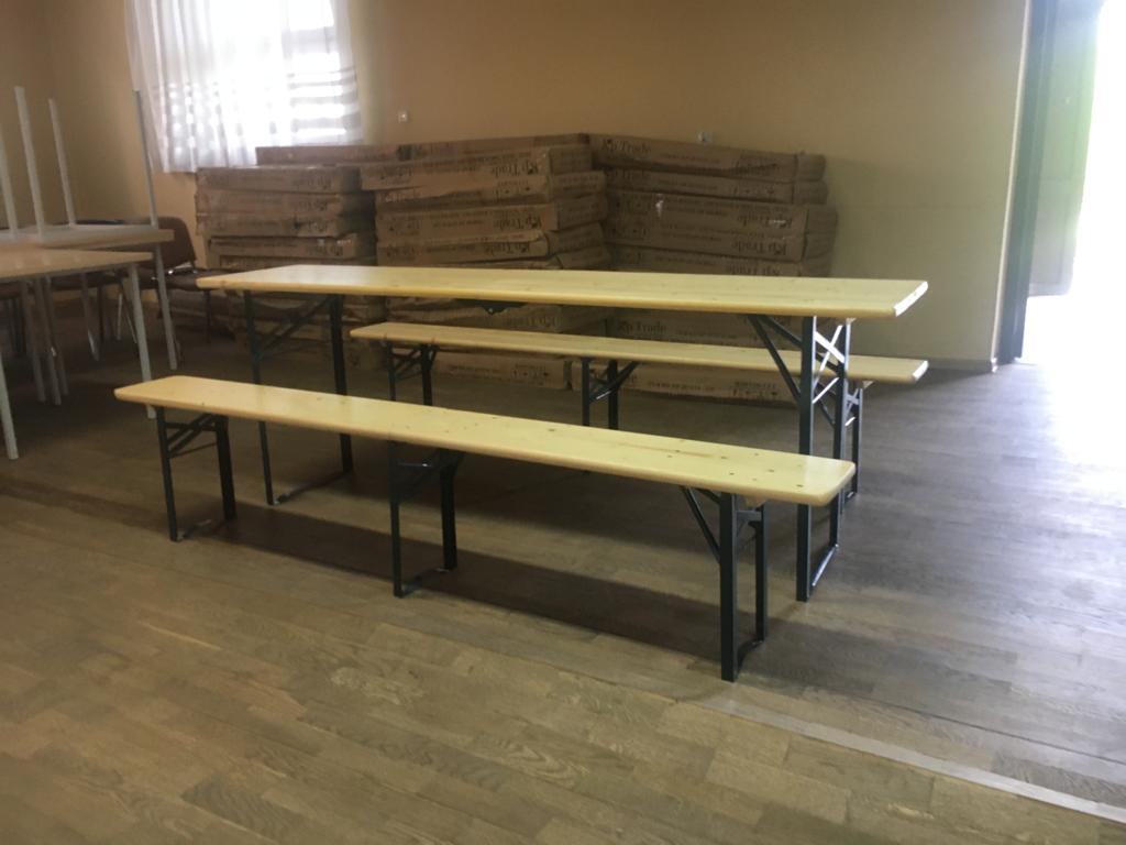 Zdjęcie stołów i ławek biesiadnych