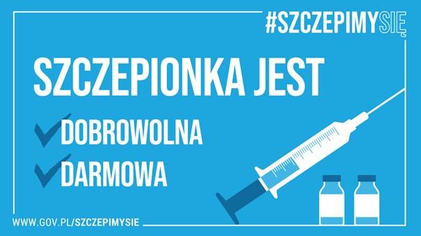 Grafika  programu @SZCZEPIMY SIĘ. Szczepionka jest dobrowolna i darmowa. Tło grafiki w kolorze niebieski z białym tekstem otoczonym ramką z tekstem w prawym górnym rogu #Szczepimysię oraz w lewym dolnym adresem strony www.gov.pl/szczepimysie. w prawym dolnym rogu grafika symbolizująca strzykawkę oraz  dwie ampułki szczepionki.