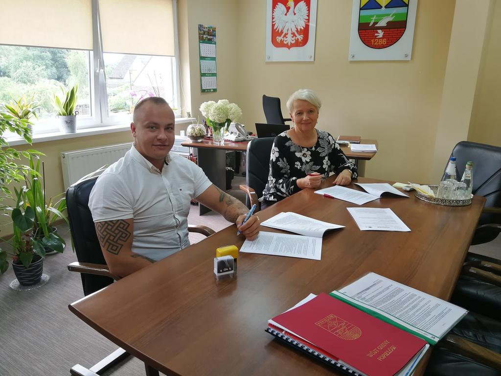 Pani Wójt Sybilla Stelmach w swoim gabinecie podpisuje umowę z Prezesem Wykonawcy na wykonanie przebudowy ulicy Klasztornej w Popielowie