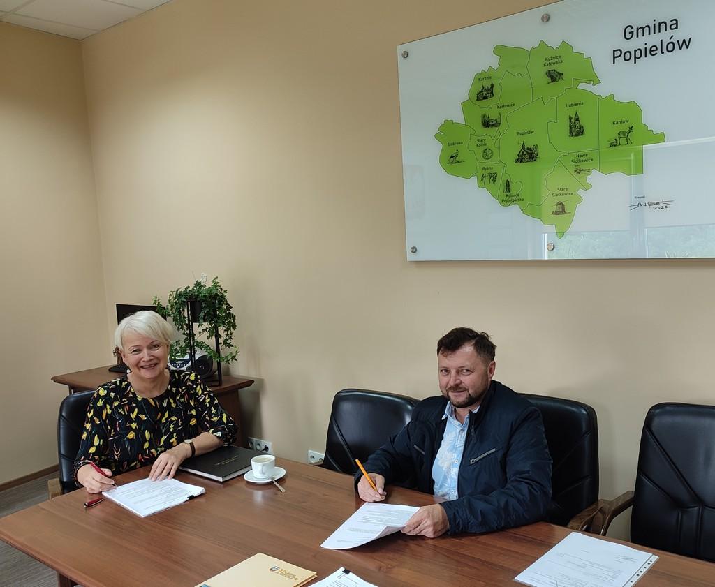 Podpisanie umowy na przebudowę drogi dojazdowej do gruntów rolnych w Popielowie pomiędzy ulicami Kraszewskiego a Wolności. Na zdjęciu w pokoju Wójt Gminy Popielów Sybilli Stelmach podpisywana jest umowa.