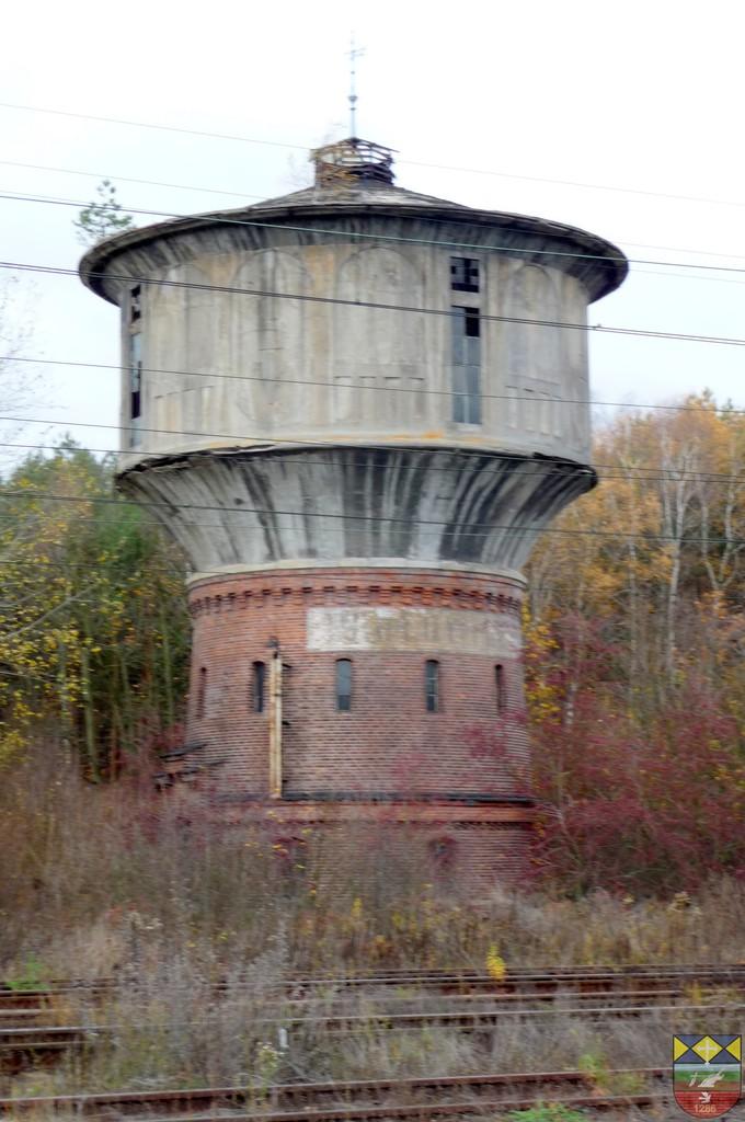 Wieża ciśnień w zespole stacji kolejowej - Karłowice.jpeg