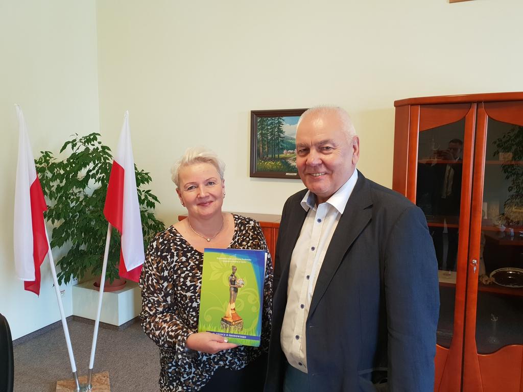 Podpisanie porozumienia: Wójt Gminy Popielów Sybilla Stelmach i Prezes Wojewódzkiego Funduszu Ochrony Środowiska i Gospodarki Wodnej w Opolu Maciej Stefański