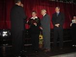 P.Danuta Izydroczyk wraz z Przewodniczącym Rady Gminy odbiera nagrodę