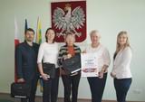 Przekazanie laptopów dyrektorom PSP w Popielowie, PSP w Karłowicach i PSP w Starych Siołkowicach