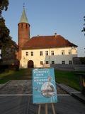 Zamek w Karłowicach i plakat promocyjny Europejskich Dni Dziedzictwa zachęcający do zwiedzania zamku 20 września 2020 r.