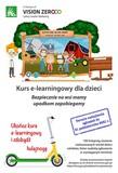 """Plakat przedstawia kurs e-lerningowy dla dzieci: """"Bezpiecznie na wsi mamy upadkom zapobiegamy"""". Termin nadsyłania zgłoszeń do 31 października 2021 r. 100 hulajnóg zostanie rozlosowanych wśród dzieci rolników, które nadeślą zgłoszenie w wymaganym terminie. Zasady przyznawania nagród dostępne są na stronie Kasy Rolniczego Ubezpieczenia Społecznego Na plakacie przedstawiony jest chłopak w blond włosach,  ubrany w białą koszule i spodnie na szelkach. Stoi on obok rysunku oprawionego w drewnianą ramkę i przedstawiającego 4 osobową rodzinę stojącą na tle gospodarstwa. Na przednim planie stoi mężczyzna w ciemnych blond włosach, obrany w spodnie na szelkach, uśmiechając się i machając ręką. Obok stoi dziewczynka w kręconych blond włosach i czerwonej sukience. Tuż przy niej stoi chłopiec w  w bluzie w niebiesko-żółte paski i zielono-białą czapkę. Przy nim stoi kobieta w blond włosach, ubrana w spodnie na szelkach i kapelusz, która macha ręką i się uśmiecha. W tle widzimy traktor, czerwony budynek gospodarczy, Po lewej stronie znajduje się kurnik z kurami. W tle widzimy domek i wiatrak.  W tle plakatu znajdują się krzewy, a obok rysunku drewniana tabliczka. Na dole plakatu znajduje się rysunek żółto-zielonej hulajnogi."""