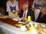 Podpisywanie książki przez autora Pan Manfreda Kutymy